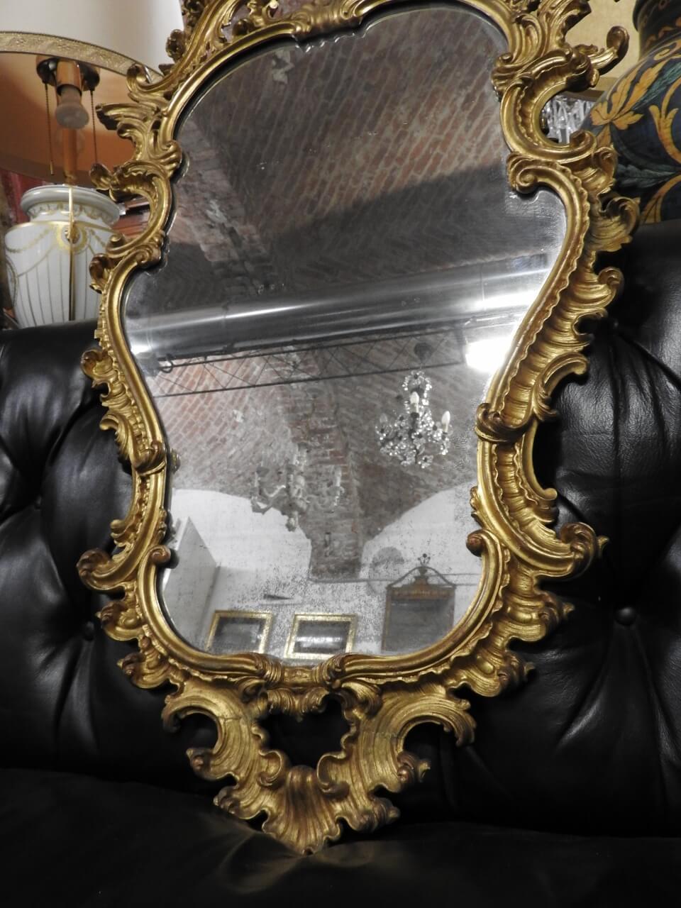 Specchiera con cornice in legno dorato ricca cimasa in ...