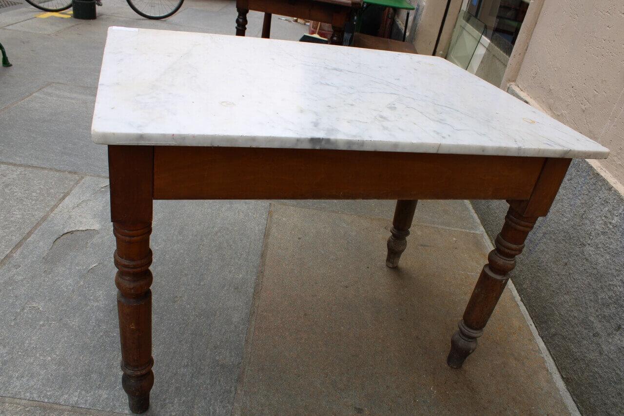 Antico tavolo con piano in marmo bianco degli inizi del ...